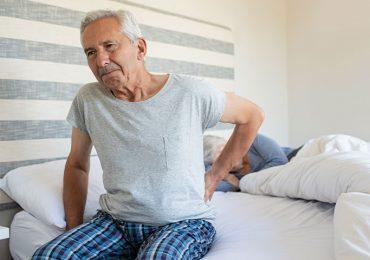גבר עם כאבי גב